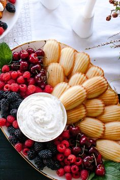 Fresh berries, whip cream and Madelines make a beautiful dessert tray. Not to me… Fresh berries, whipped cream and Madelines make a beautiful dessert tray. Not to mention that it is very easy to put together. Great idea for a glamorous Oscar party! Beaux Desserts, Party Food Platters, Party Trays, Fruit Platters, Party Buffet, Dessert Platter, Breakfast Platter, Breakfast Buffet, Breakfast Healthy
