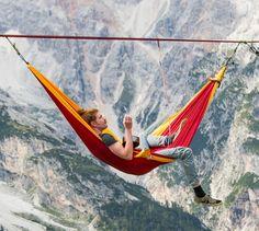 Würden Sie in einer Outdoor Hängematte über den Alpen schweben  - http://freshideen.com/mobel/outdoor-haengematte-slackline.html