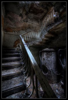 LOVE this staircase. abandoned, decay, creepy, old house Abandoned Buildings, Abandoned Property, Old Abandoned Houses, Abandoned Mansions, Old Buildings, Abandoned Places, Old Houses, Abandoned Castles, Spooky Places