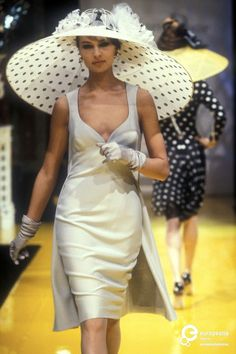 Christian Dior, Spring-Summer Couture The ultimate Derby hat.you can see the races and it's bigger and better than anyone else's. News Fashion, Dior Fashion, Fashion History, Couture Fashion, Runway Fashion, Womens Fashion, Retro Mode, Vintage Mode, Vintage Dior