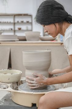 Ju-hyun of Laon Pottery Make Your Own Pottery, Pottery Making, Pottery Workshop, Pottery Studio, Creative Portraits, Creative Photography, Ceramic Plates, Ceramic Pottery, Local Craft Fairs