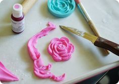 using silicone molds for fondant and cookie decorating