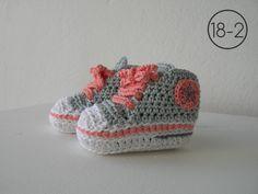 Zapatillas a ganchillo con suela blanca, base en gris y cordones y detalles en color salmón.