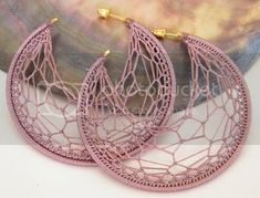MICHELLES ARTS & CRAFTS: NEWS - TONIA NOVA : CROCHET ERRINGS Crochet Pattern Free, Crochet Earrings Pattern, Crochet Jewelry Patterns, Crochet Accessories, Crochet Jewellery, Small Gold Hoop Earrings, Diy Earrings, Silver Earrings, Quilling Earrings