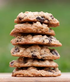 Here's one of the best cookie recipes I know - rum raisin oatmeal cookies! Just Desserts, Dessert Recipes, Bar Recipes, Delicious Desserts, Oatmeal Raisin Cookies, Maple Cookies, Blueberry Cookies, Holiday Cookies, Roasted Walnuts