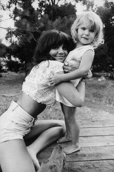simpledreamin:  Singer Linda Ronstadt hugs the daughter of a friend during a photo session… (gettyimages.com)