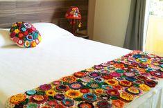 """Peseira para cama, base trabalhada em croche na cor marfim, com aplicações de flores e folhas em crochê, Linha 100% algodão. 2,20 x 0,60. A almofada redonda não está inclusa no preço.  """"Esta peça vai deixar seu quarto super aconchegante e alegre."""""""