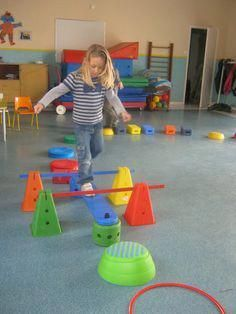 Turnen Im Kindergarten - Mode Für Teens Physical Activities For Kids, Physical Education Lessons, Motor Skills Activities, Preschool Learning Activities, Indoor Activities For Kids, Gross Motor Skills, Kids Education, Preschool Activities, Kids Learning