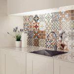 cozinha branca com azulejo português