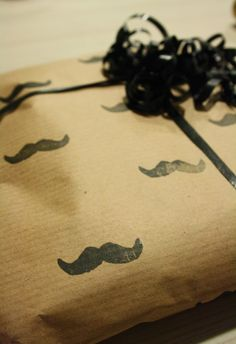 Tuntematon Tuunaaja: DIY kuvioitu lahjapaperi viiksikuviolla // DIY wrapping paper with mustache print