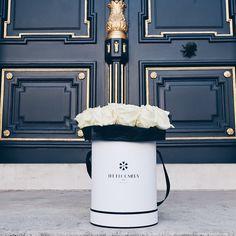 La simplicité et l'élégance de ces vingt somptueuses roses blanches, font de ce bouquet le moyen idéal de célébrer une naissance, envoyer des condoléances ou simplement de faire plaisir aux personnes qui comptent pour vous de manière exclusive.