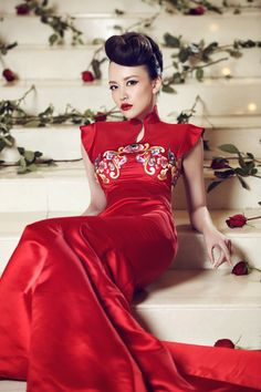 Red Qipao or Red Cheongsam. Love these dresses, so flattering and timeless Oriental Fashion, Asian Fashion, Red Fashion, Fashion Ideas, Tailored Wedding Dress, Red Gowns, Chinese Clothing, Club Dresses, Traditional Dresses