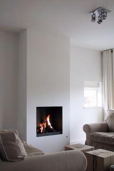 Moderne inbouw haard in een strakke en hoge kolom, wit gestuckt | Profires · inspiratie voor sfeerverwarming