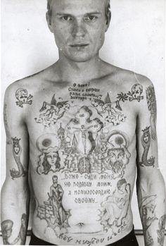 Le crâne et la croix d'os Généralement pas bon signe puisqu'il indique que le détenu purge une peine à perpétuité.