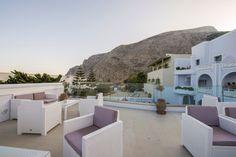 Blue Waves Hotel, www.bluewaves-hotel.upps.eu, Blue Waves Hotel liegt nur 30m vom Kamara Strand entfernt. Einer der berühmtesten Strände in Santorini. Blue Waves Hotel ist ein traditionelles Hotel, das die griechische Atmosphäre mit modernem Lifestyle verbindet. Das kürzlich renovierte Blue Waves Hotel verfügt über eine geräumige und einladende Terrasse und Pool, wo die Gäste sich entspannen können. Genießen Sie die Schönheit der Umgebung, dann wird das Blue Waves Hotel der ideale Ort.