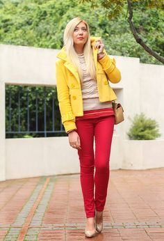 желтое пальто с красными брюками