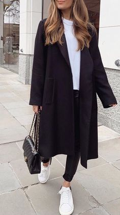 Fall / winter fashion with imitation leather pants a white tshirt a long coat Adrette Outfits, Cute Casual Outfits, Fall Outfits, School Outfits, Winter Coat Outfits, Winter Fashion Outfits, Black Coat Outfit, Black Hoodie Outfit, Mantel Outfit