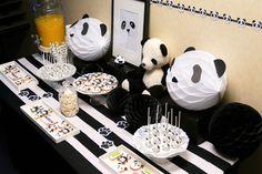 Panda Party ! Sweet table by Studio Candy. Sablés décorés panda, cake pops noir et blanc, décoration, candy bar, bar à bonbons.