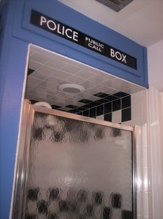 [DOCTOR WHO] TARDIS Shower. This would be awesome!!