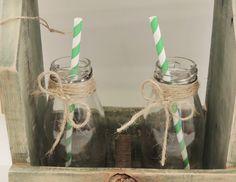 Botellas para tragos y jugos en cajones vintage