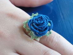 Tatted Rose Ring, or earrings, see link to Rose Broche {jrs: great bookmark if you add a long spiral tail} Crochet Flower Patterns, Tatting Patterns, Crochet Motif, Diy Crochet, Crochet Flowers, Tatting Earrings, Tatting Jewelry, Needle Tatting, Tatting Lace