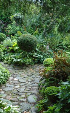 HAVETID: The paths through the garden.