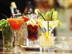 How to survive without traveling? Travel around the world through cocktails! Make these 15 world cocktails and bring the vacation vibe into your home. Popular Cocktails, Colorful Cocktails, Blue Cocktails, Cocktail Drinks, Fun Drinks, Cocktail Recipes, Drink Recipes, Beverages, Cocktail Simple