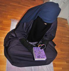 Holding a Qur'an Hijab Niqab, Muslim Hijab, Islam, Face Veil, Beautiful Hijab, Muslim Women, Modest Outfits, Russia, Sharia Law