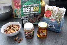 Jozella: Kotitekoiset proteiinipatukat 2,5dl (300g) maapähkinälevitettä 8 rkl (200g) hunajaa 3dl heraproteiinia 2,5dl (88g) kaurahiutaleita tai mysliä pähkinöitä 1-2 rkl vettä