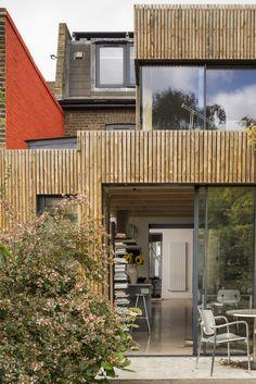Les architectes Waind Gohil+Potter (WG+P) ont transformé méticuleusement un cottage datant du 19ème siècle, à Wandsworth (borough londonien), en y incorporant une extension, adaptée à notre époque moderne. Les propriétaires avaient initialement rencontré des difficultés avec l'extension d'origine, qui laissait entrer le vent et avait une toiture qui fuyait. Désireux de ne pas répéter les mêmes erreurs, ils ont confié ce projet à un architecte qui a choisi le bois Kebony pour habiller les...