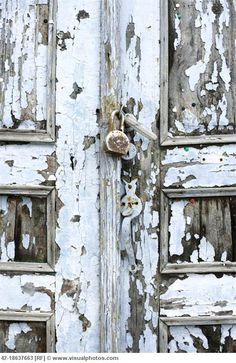 Old wooden door shabby perfection! How you can create areas that ready to accept elegance Old Wooden Doors, Wooden Door Hangers, Rustic Doors, Cool Doors, Unique Doors, Classic Doors, Knobs And Knockers, Door Knobs, Peeling Paint