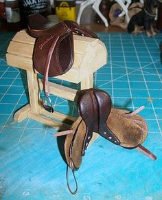 Miniature model horse saddles that look just like real saddles and the saddle holder - cause my kids will be playing Farm not Barbie! Miniature Horse Tack, English Saddle, English Tack, Bryer Horses, Horse Riding Clothes, Horse Accessories, Horse Crafts, Equestrian Outfits, Horse Saddles