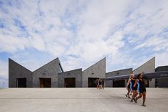 The WMS Boathouse at Clark Park: Home of the Chicago Rowing Foundation. This smart architectural building translates the poetic rhythm of rowing. Completed by the Studio Gang in Photo credit: Steve Hall Remo, Sawtooth Roof, Louis Kahn, Lakefront Property, Roof Architecture, Architecture Interiors, Beautiful Architecture, Patio Roof, Roof Design