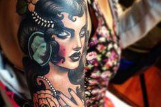 Emily Rose Murray es una talentosa retratista que vive en Australia y es una tatuadora enSplash of Color Tattoo Studio.Ella hace una variedad de tatuajes e ilustraciones en su estilo femenino. Hermoso, casi tradicional a color con un toque de baroco y deco.