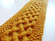 Instructions: Knit a headband with a Celtic cable pattern Now in autumn you should start knitting cozy warm headbands. The free pattern for a headband with a Celtic cable pattern. Knitting Stitches, Knitting Socks, Knitting Patterns Free, Free Knitting, Free Pattern, Crochet Patterns, Knitting Needles, Headband Pattern, Knitted Headband