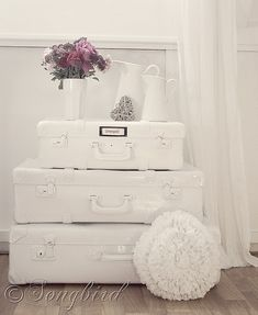 How to Paint Suitcases #DIY #home #decorate    http://www.songbirdblog.com/2011/10/how-to-paint-suitcases-31-days-day-12/