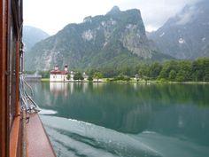 Auf in die Berchtesgadener Alpen: Die Fünf-Seen-Tour beginnt mit einer Fahrt über den Königssee.