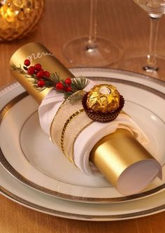napkin wrapped around the Christmas cracker napkin wrapped around the Christmas cracker Diy Christmas Crackers, Christmas Tree Napkins, Christmas Table Settings, Christmas Tablescapes, Christmas Table Decorations, Holiday Tables, Decoration Table, Centerpiece Ideas, Elegant Christmas