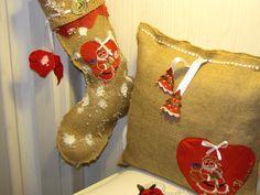 ciao a tutti questo addobbo natalizio è realizzato con tela di iuta,laccetti di raso e applicazioni,lana e infine una spolverata di neve ciao e un ubracio