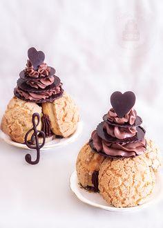 Saint Honoré au chocolat a classic french dessert Small Desserts, French Desserts, Great Desserts, Mini Desserts, Pastry Recipes, Sweets Recipes, Baking Recipes, Tolle Desserts, Beautiful Desserts