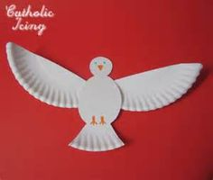 I love this Holy Spirit dove craft! It's easy enough for little ones and can be expanded to cover the Seven Gifts of the Holy Ghost. Use it for Pentecost, Baptism, Confirmation and other lessons on the Holy Spirit. Vbs Crafts, Preschool Crafts, Crafts To Make, Crafts For Kids, Kids Diy, Farm Crafts, Paper Plate Art, Paper Plate Crafts, Paper Plates