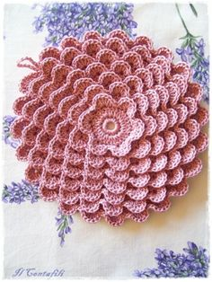 Gratis engelstalig patroon van deze mooie onderzetter, op Ravelry/patterns/library/pretty-petals-potholder-9378