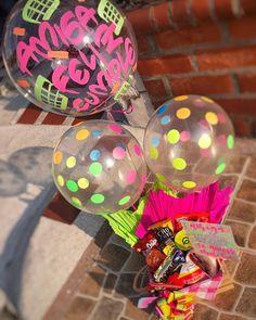 Hermosos y deliciosos desayunos, meriendas y anchetas sorpresa personalizadas! Personalizamos tus ta... #yooying Best Friend Gifts, Gifts For Friends, Breakfast Basket, Weird Gifts, Birthdays, Box, Creative, Party, Birthday Ideas