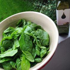 Friske spinatblade som dryppes med avocado olie, som tilbehør til f.eks. LCHF lasagne