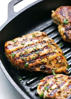 The easiest Greek grilled chicken recipe thats perfect for weeknight dinner! The quick greek marinade is made with red wine vinegar, garlic, and olive oil. chicken recipes dinners,cooking and recipes Sauce Recipes, Cooking Recipes, Healthy Recipes, Grilling Recipes, Healthy Foods, Chicken Marinades, Chicken Recipes, Greek Marinated Chicken, Greek Chicken