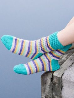 Spring is just around the corner! Try out our new spring/summer colours with these lovely socks from single-colour and striped yarns together. Keväthali literally translates into Spring Hug, in case you wondered. Cable Knitting Patterns, Christmas Knitting Patterns, Lace Knitting, Knitting Stitches, Knitting Socks, Knit Patterns, Honeycomb Stitch, Moss Stitch, Patterned Socks