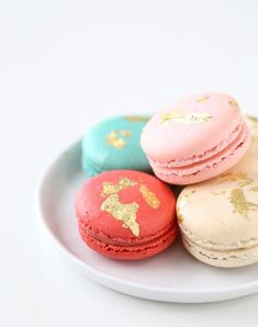 DIY edible gold macarons - Refined and luxurious French edible gifts. You can either make them yourself from scratch or just customise some simple macarons. Cute Desserts, Dessert Recipes, Wedding Desserts, Meal Recipes, Brownies, Edible Gold Leaf, Vanilla Macarons, Gold Dessert, Cupcakes