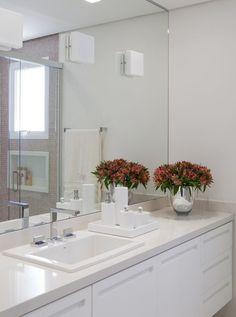 Decoração de: banheiro; bancada branca; Casa de Valentina