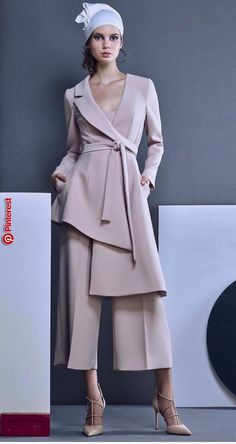 Suit culottes jacket robe asymmetry Suit trouser culottes jacket robe asymmetry smell - Woman Jackets and Blazers Look Fashion, Hijab Fashion, Fashion Dresses, Womens Fashion, Fashion Design, Fashion Trends, Couture Fashion, Fashion Ideas, New Mode