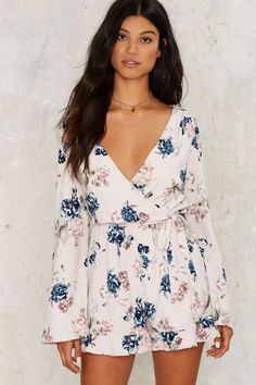 This is an adorable floral jumper romper that would be great for summer. I love the style and flowy floral fabric. Great floral summer dress fashion. #AffiliateLink